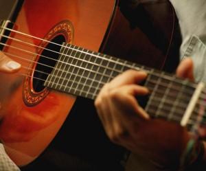 Сонник играть на гитаре и петь