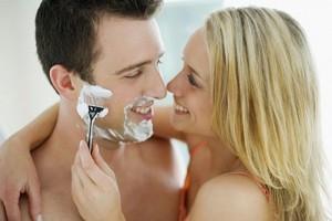 фото как мужчина бреет жену