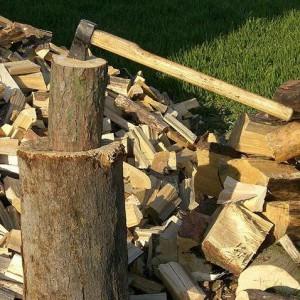 Колоть и рубить дрова