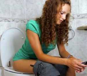 Девушка сидит в туалете в деревенском