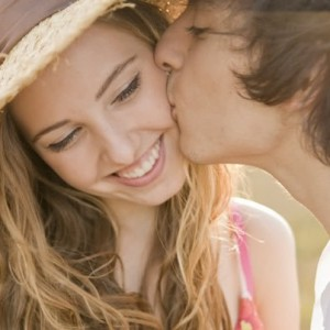 целовать знакомого в щечку во сне