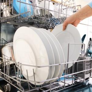 знакомый во сне моет посуду