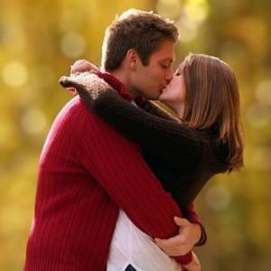 девушку целует не знакомый сон