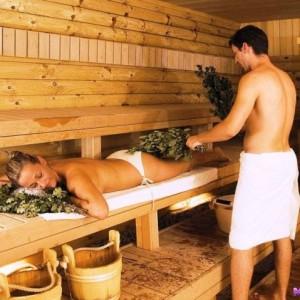 видео девушка с мужем и другом в бане моются