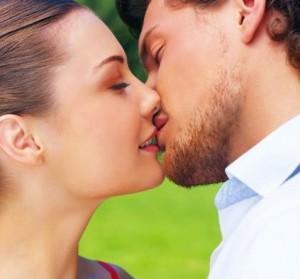 к чему снится что знакомый целует в шею
