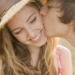 сон знакомый целует в щеку