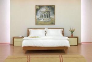 кровать с белой простыней