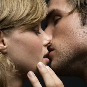 к чему снится поцелуй знакомого мужчины в щеку