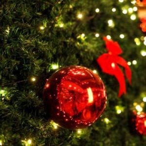 яркая гирлянда на новогодней елочке