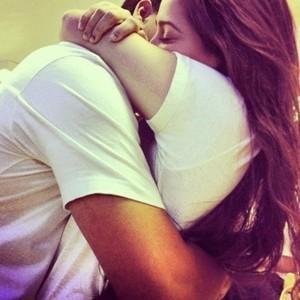 Если незнакомец обнимает вас и целует
