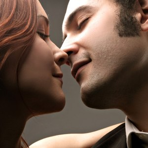 Молодой человек в грезах обнимает и целует в щеку