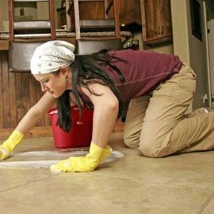 Мыть полы на работе или квартире