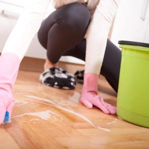 Мыть полы на работе или в квартире