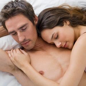 Незнакомый мужчина в постели – что означает сон