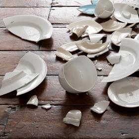 бьется много посуды