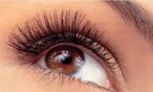 дёргается глаз у женщины