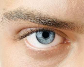 дёргается правый глаз