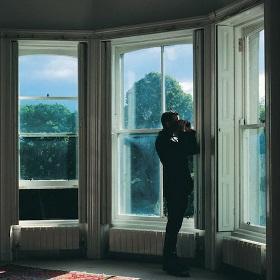 смотреть через окно