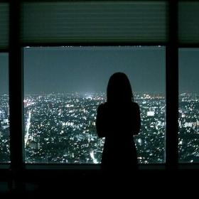 смотреть ночью в окно