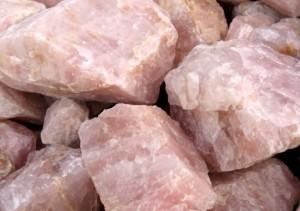 камень розовый кварц необработанный