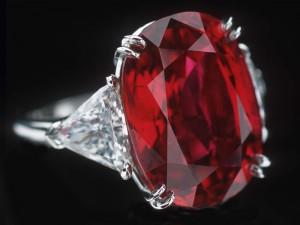украшение с рубином