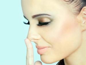 чешется кончик носа
