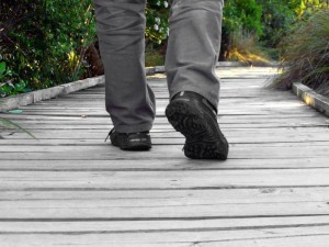 Толкование, что означает споткнуться на левую или правую ногу без причины