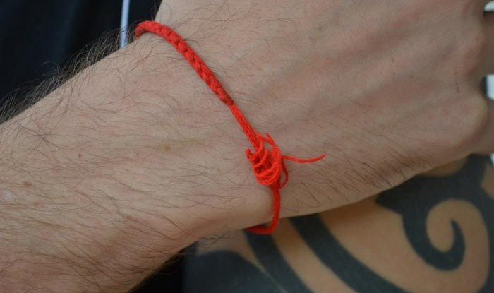 Заговор на красную нить – как правильно проводится и на что он оказывает наибольший магический эффект