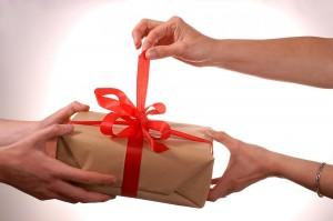 приметы можно ли дарить даренное