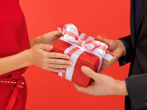 приметы можно ли дарить даренное другими