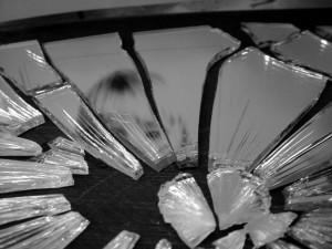 Разбивать зеркала: приметы, предвещающие несчастья и негативные последствия