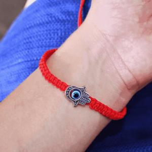 На какой руке носить и как завязать красную нить от сглаза, что делать если оберег порвался?