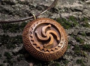 кулон из дерева символ рода