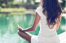 женщина медитирует