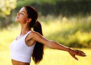 женщина в процессе медитации