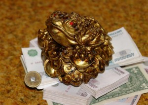 dengi po fen shuyu 300x213 - Фэн шуй: 10 способов привлечь в дом деньги, улучшить благосостояние