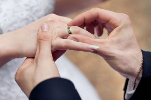koltso na palets 300x199 - Обряд на замужество на Покров, помогающий девушкам встратить вторую половинку