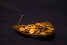 монеты в тарелке