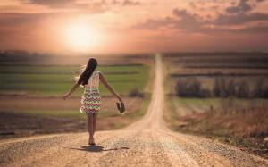 женщина идущая по дороге