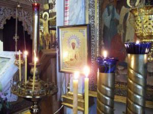 Свечи и иконы в церкви