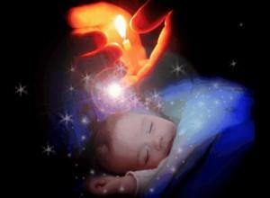 горящая свеча над ребенком