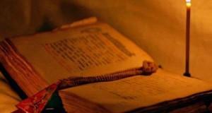 молитвенник со свечой